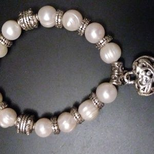Jewelry - A pearl bracelet with Gorgeous pearls and a heart